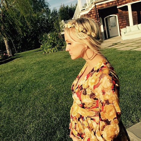 Evan Ross shared this pic of Ashlee Simpson cradling