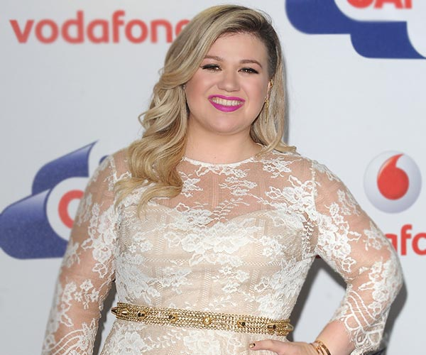 Kelly Clarkson revealed to the crowd that she's pregnant