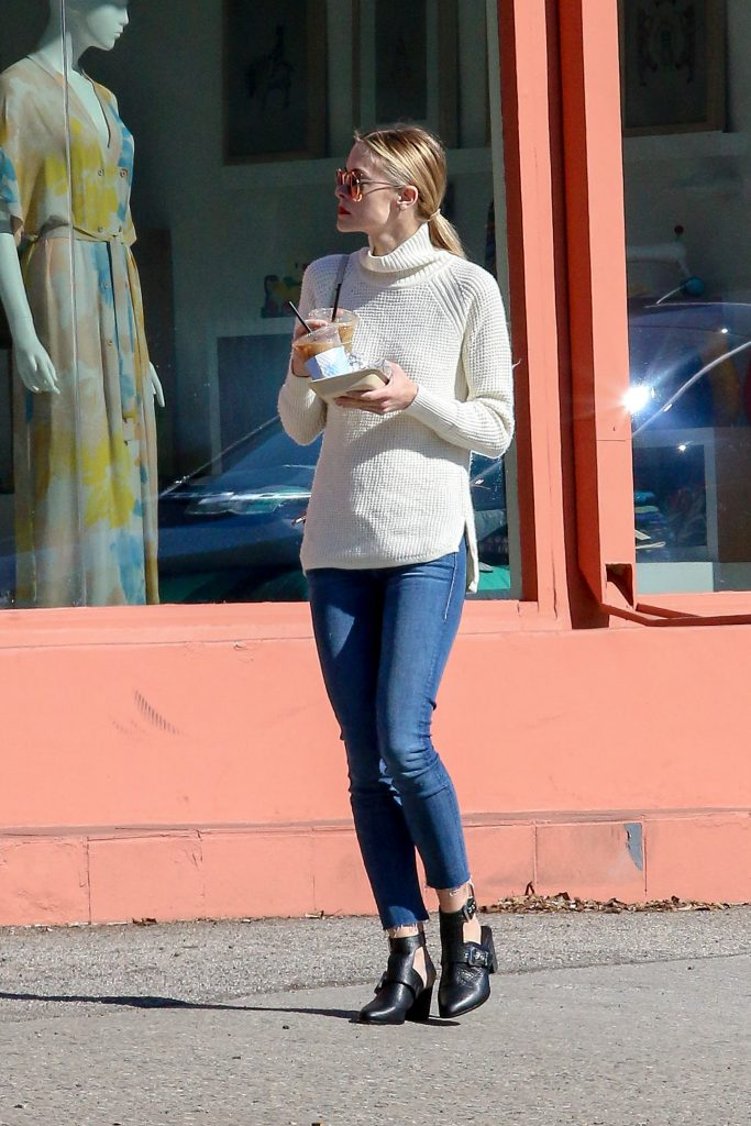 ***MANDATORY BYLINE TO READ INFPhoto.com ONLY*** Jaime King shows off her long legs in skinny jeans as she stops for iced coffee and treats following a trip at the Farmer's Market in Beverly Hills, California. Pictured: Jamie King Ref: SPL941094 010215 Picture by: INFphoto.com
