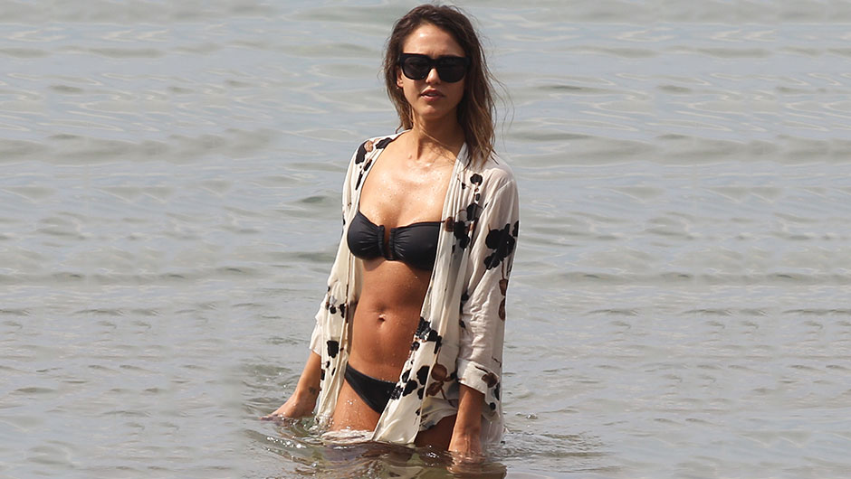 Jessica Alba Is Showing Off Her Toned Body While On Vacation In Maui