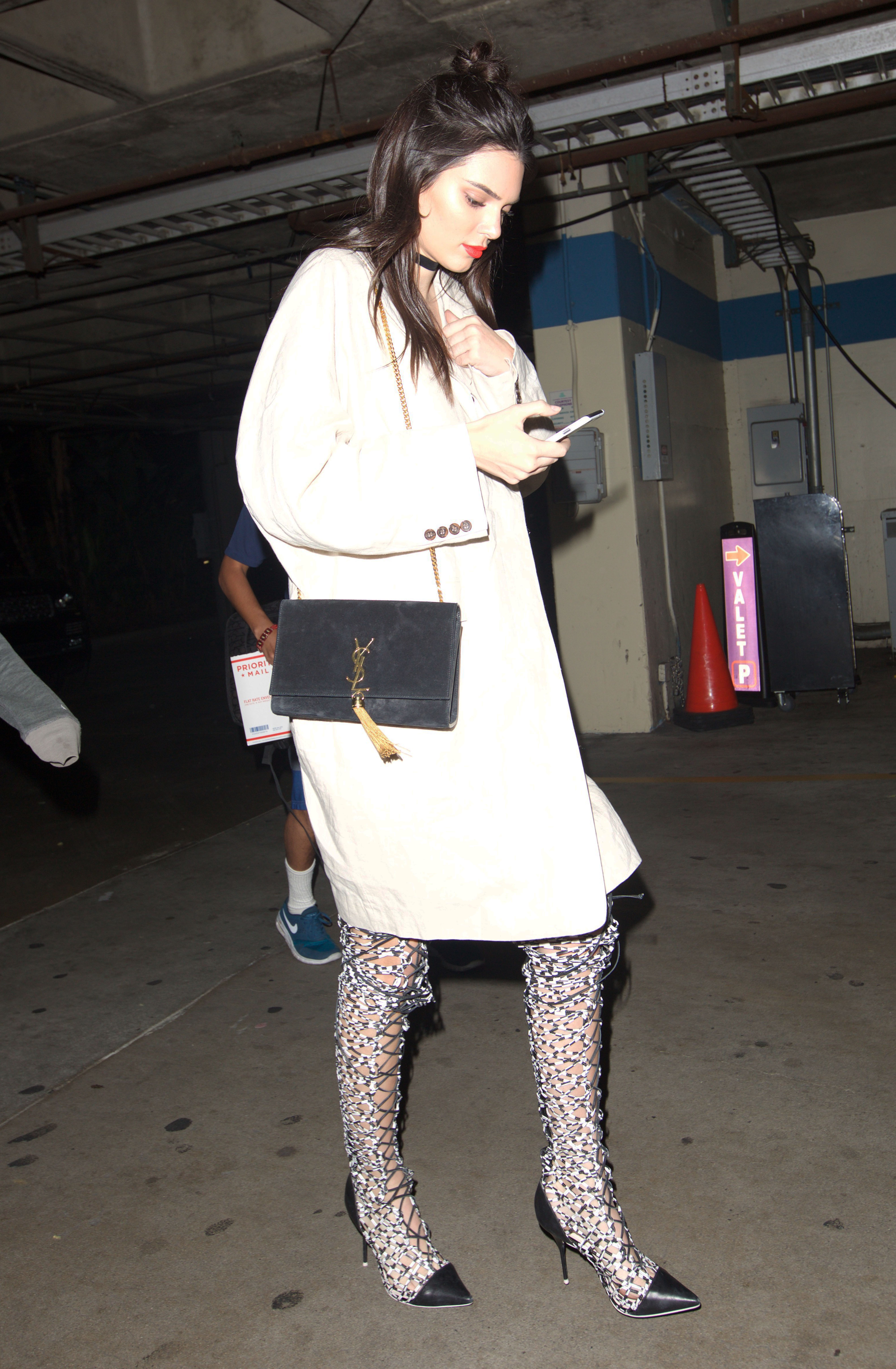 Model Kendall Jenneris is spotted as she leaves The Nice Guy in Los Angeles Pictured: Kendall Jenner leaves The Nice Guy in LA Ref: SPL1247370 150316 Picture by: Pap Nation / Splash News Splash News and Pictures Los Angeles:310-821-2666 New York: 212-619-2666 London: 870-934-2666 photodesk@splashnews.com