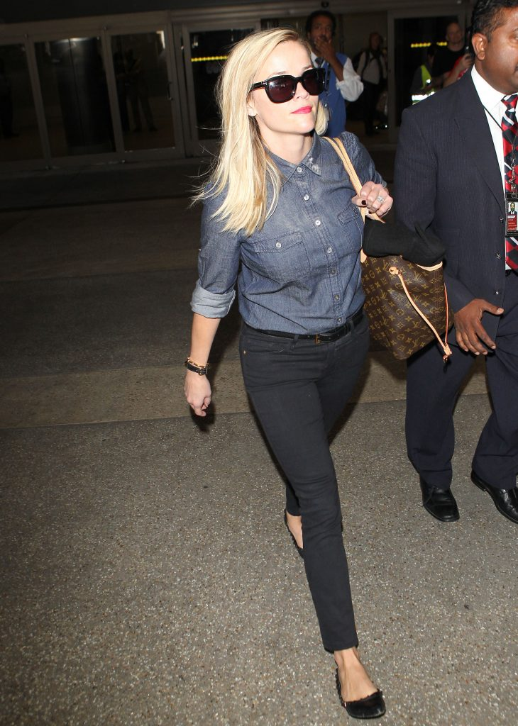 ***MANDATORY BYLINE TO READ INFphoto.com ONLY*** Reese Witherspoon arrives at LAX airport in a chambray button down and tight black skinny jeans in Los Angeles, CA. Pictured: Reese Witherspoon Ref: SPL866795 151014 Picture by: INFphoto.com