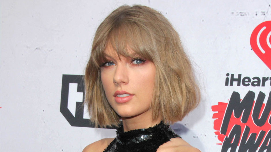 Taylor Swift Thanked Her Boyfriend While Accepting The Award