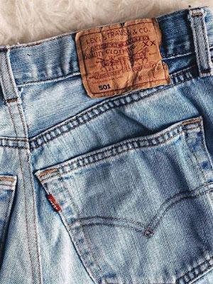 Bubble booty milf in levi jeans