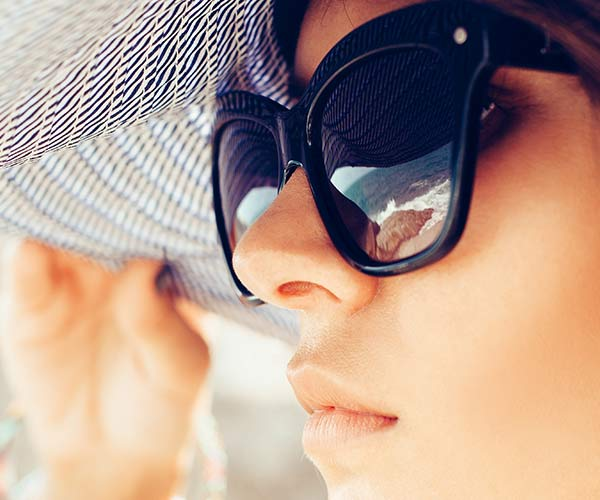 woman in sunglasses and hat
