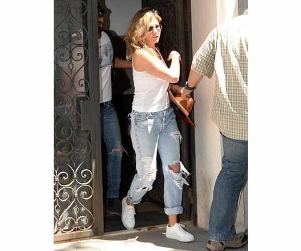 jen aniston jeans 2