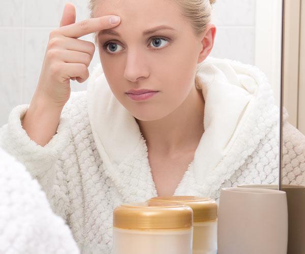 woman applying beauty cream