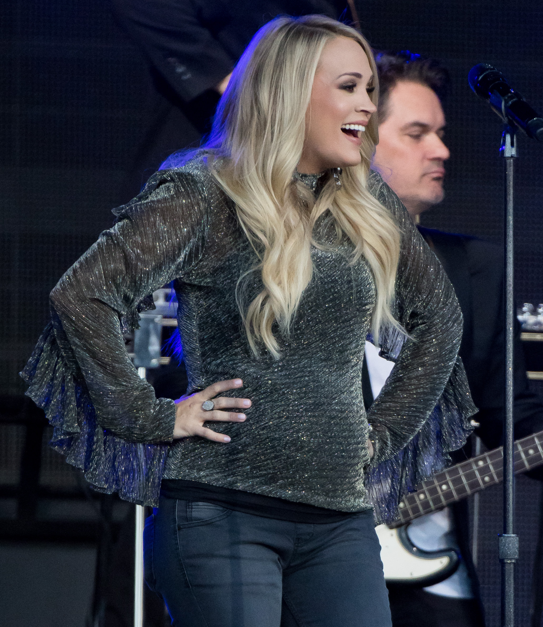 carry underwood performing on stage while pregnant
