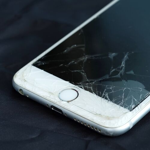 The One Thing You Should Never Do When Your iPhone Screen Starts To Crack