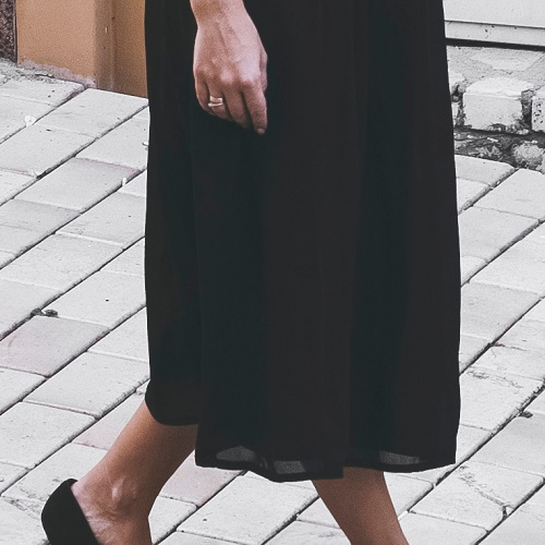Want To Look Taller And Leaner? Wear This Super Flattering Black Maxi Dress