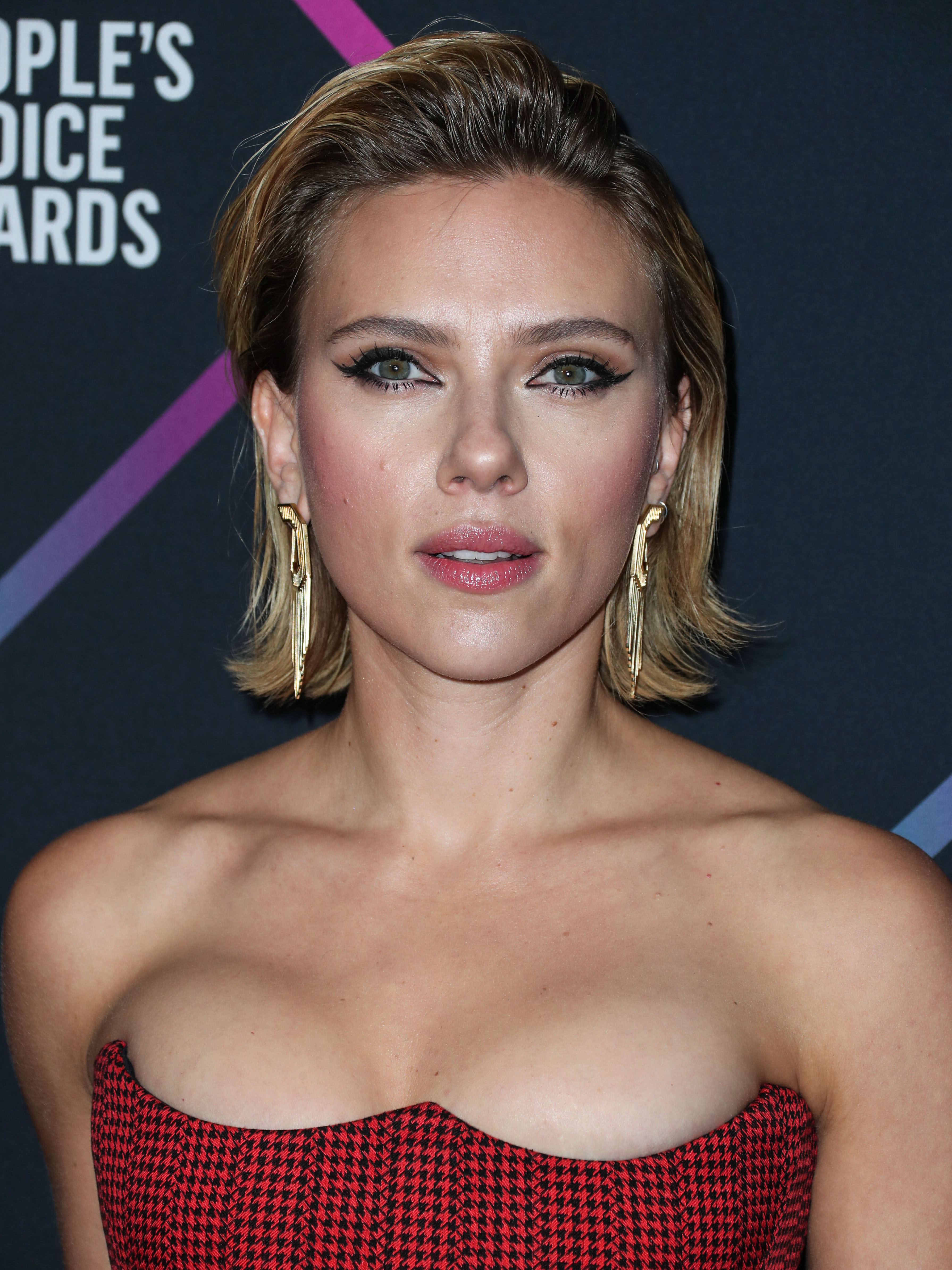 Scarlett Johansson Basically Just Flashed The Camera In A High-Slit Dress–Did She Forget Underwear?