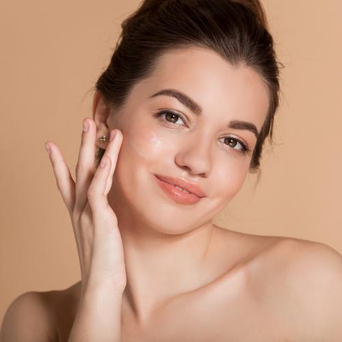 woman rubbing in moisturizer