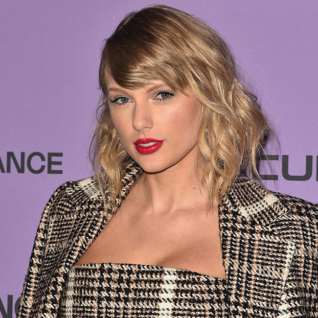 We're Still Recovering From The Insane High-Slit Dress Taylor Swift Just Wore At The Grammy's--Her Legs Look Incredible!